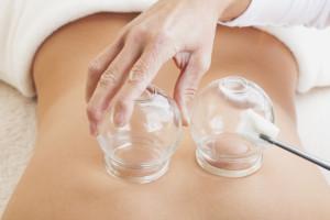 Therapeutin, Behandlung jugendlicher Patientin mit chinesischer Akupunktur